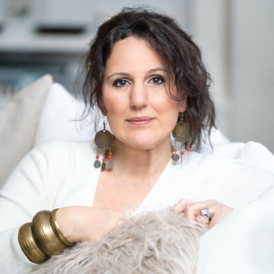 Lifestyle Headshot of Stephanie Scher